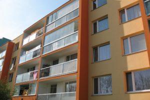 Zasklené balkony zrekonstruovaného domu