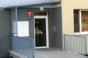 Nová zateplená fasáda a vstupní portál