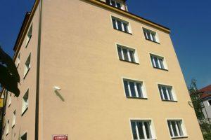 Štít bytového domu s novou fasádou