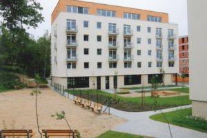 Moderní budova se zateplenou fasádou